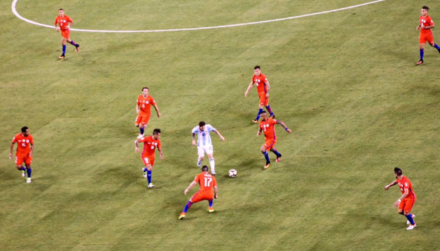 messi-surrounded-inline